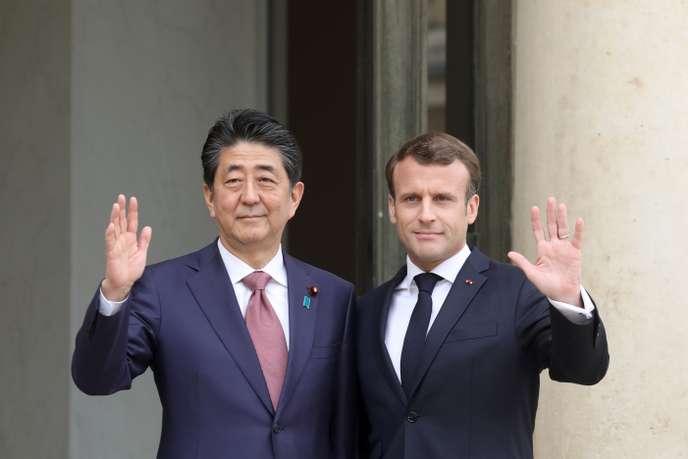 Emmanuel Macron et le premier ministre japonais, Emmanuel Macron, à l'Elysée, le 23 avril.