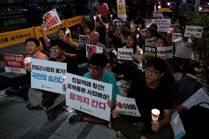 Manifestation devant l'ambassade du Japon enCorée du Sud après l'annonce de Séoul derompre un accord de partage de renseignements militaires existant avec Tokyo, le 22 août.