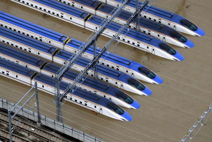 Les trains Shinkansen étaient submergés, dimanche 13 octobre, à la gare de Nagano, central Japan.