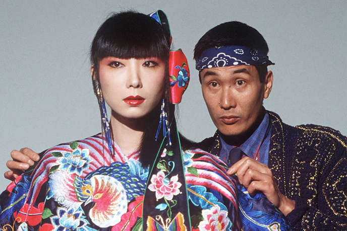 Kansai Yamamoto en 1982, au côté dela mannequin Sayoko Yamaguchi.
