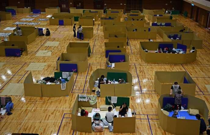 Des personnes réfugiées dans le gymnase de Yatsushiro, dans la région de Kyushu, lundi 6 juillet.