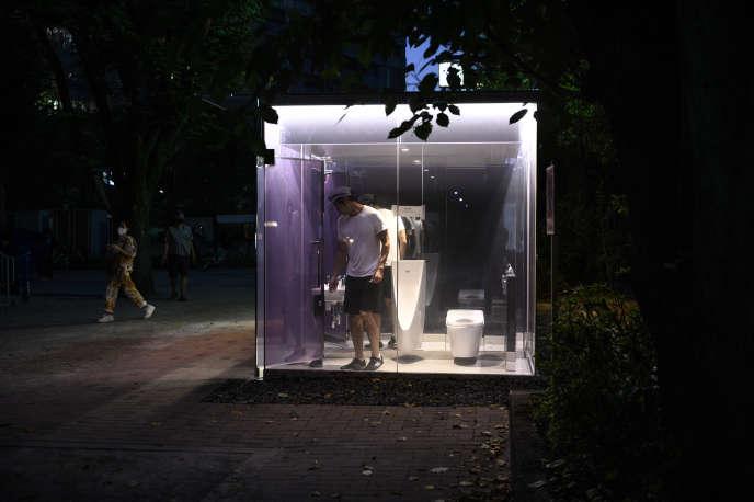 Les toilettes aux façades transparentes de l'architecte Shigeru Ban dans le parc Yoyogi Fukamachi Mini (quartier Shibuya) à Tokyo, le 19 août.
