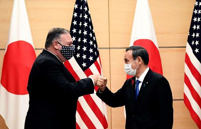 Le secrétaire d'État américain Mike Pompeo et le Premier ministre japonais Yoshihide Suga à Tokyo, le 6 octobre.