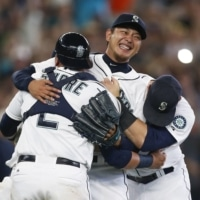 Hisashi Iwakuma celebrates with his teammates after throwing a no-hitter for the Mariners on Aug. 12, 2015. | USA TODAY / REUTERS / VIA KYODO