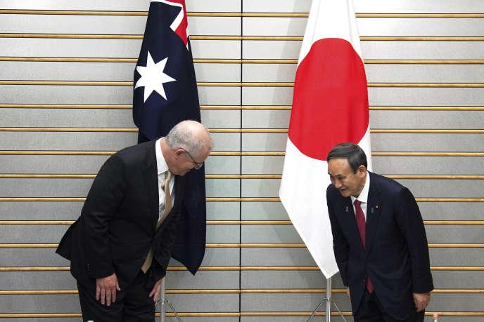 Le premier ministre australien, Scott Morrison, et son homologue japonais, Yoshihide Suga, à Tokyo, le 17 novembre.