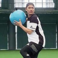 Giants shortstop Hayato Sakamoto trains in Naha on Jan 15. | YOMIURI GIANTS / VIA KYODO