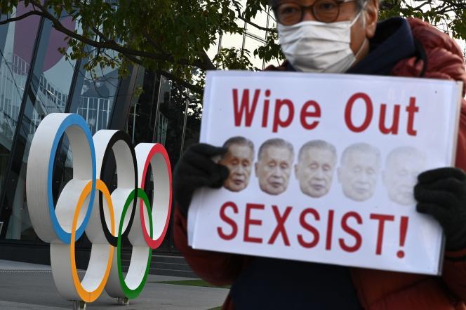 Un manifestant protestant après les propos sexistes de Yoshiro Mori, le 11 février à Tokyo.