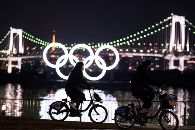 Les anneaux olympiques sur le front de mer d'Odaiba à Tokyo le 6 février 2021.