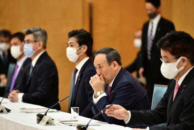 Yoshihide Suga assiste à une réunion sur le Covid-19, le 22 janvier à Tokyo.