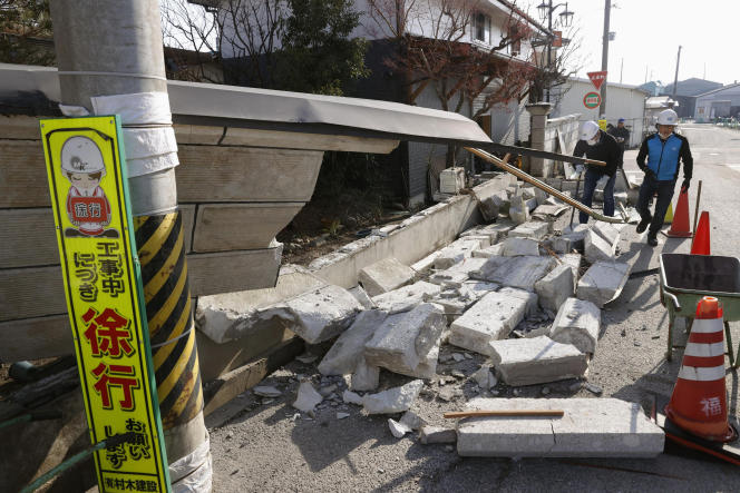 Après l'effondrement du mur d'une maison dans la ville de Kunimi, au nord de la ville de Fukushima, dans le nord-est du Japon, le 14février.