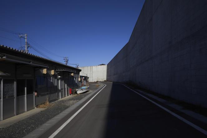 Des cabanes de pêcheurs temporaires, à l'ombre de la digue, à Taro (préfecture d'Iwate), au Japon,le 28 février 2021.
