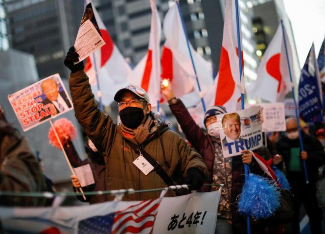 Des partisans de l'ancienprésident américain Donald Trump manifestent avant l'investiture de Joe Biden, à Tokyo, le 20 janvier.