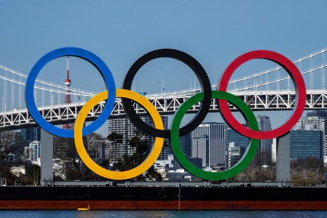Les anneaux olympiques dans l'île artificielle d'Odaiba dans la baie de Tokyo au Japon, le 10 février 2021.