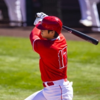 Angels designated hitter Shohei Ohtani hits a first-inning single against the White Sox during a spring training game on Monday in Tempe, Arizona. | USA TODAY / VIA REUTERS