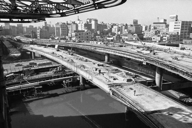 Vue de Tokyo, fin 1963. Le coût des travaux engagés pour la grande rénovation urbaine s'élèvera à l'équivalent de 1,9 milliard d'euros.