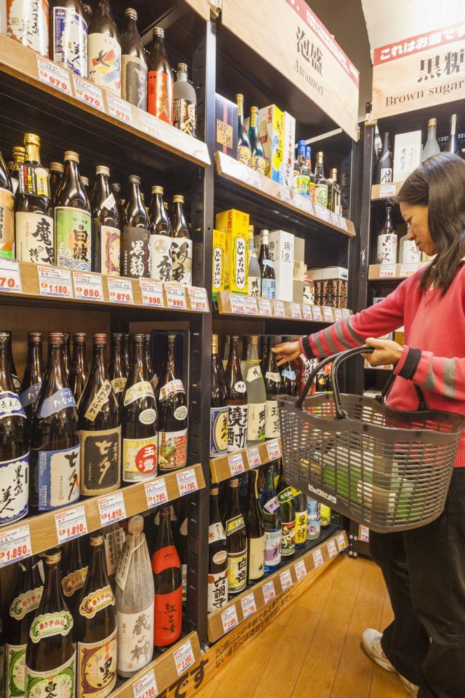 Vente de shochu et autres liqueurs à Tokyo.