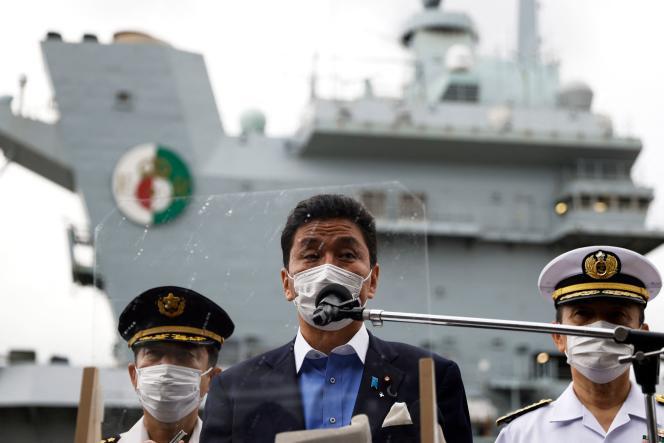 Le ministre japonais de la défense Nobuo Kishi s'adresse aux médias après avoir inspecté le porte-avions «HMS Queen Elizabeth» de la Royal Navy britannique à la base navale américaine de Yokosuka, dans la préfecture de Kanagawa, le 6 septembre 2021.