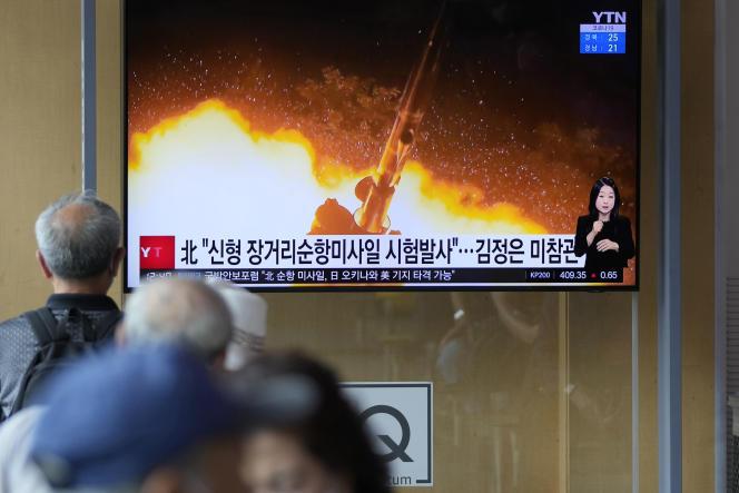 Vidéo diffusée par la Corée du Nord qui montrerait le lancementd'un missile de croisière à longue portée sur un écran de la gare de Séoul(Corée du Sud), le 13 septembre 2021.